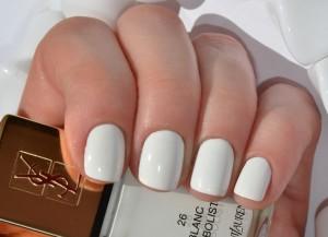 Маникюр на коротких ногтях в белом цвете