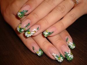 Маникюр с ромашками на ногтях