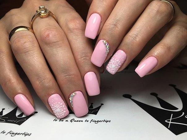 Фото маникюра розового цвета со стразами